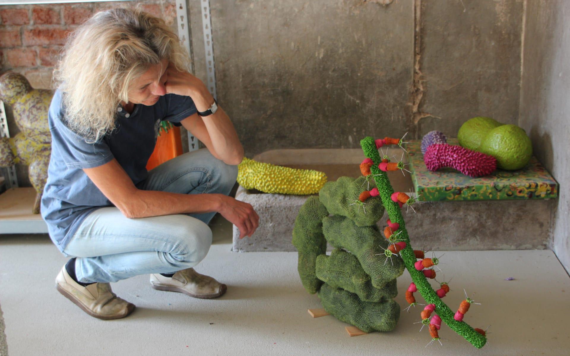 Kunsttour Betzin-Brunne - Ein Gast beim bewundern der Kunst im Atelier von Marina Schreiber