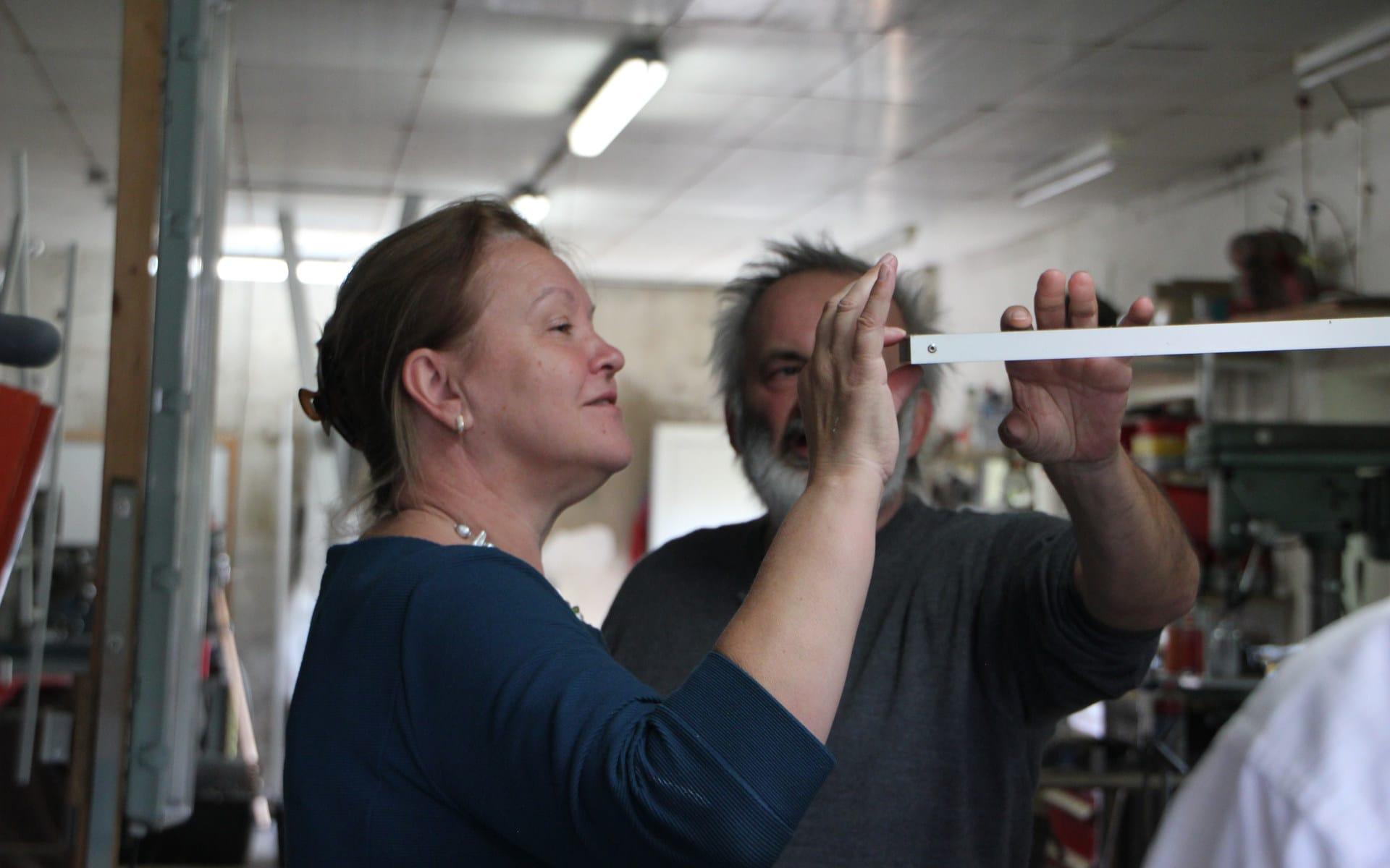 Kunsttour Betzin-Brunne - Michael Hischer zeigt einem Gast seine Arbeit in der Werkstatt
