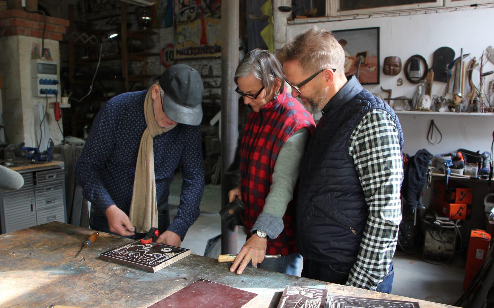 Kunsttour Karwe - Zwei Gäste beim Holzschnitt Workshop zusammen mit dem Künstler in der Werkstatt