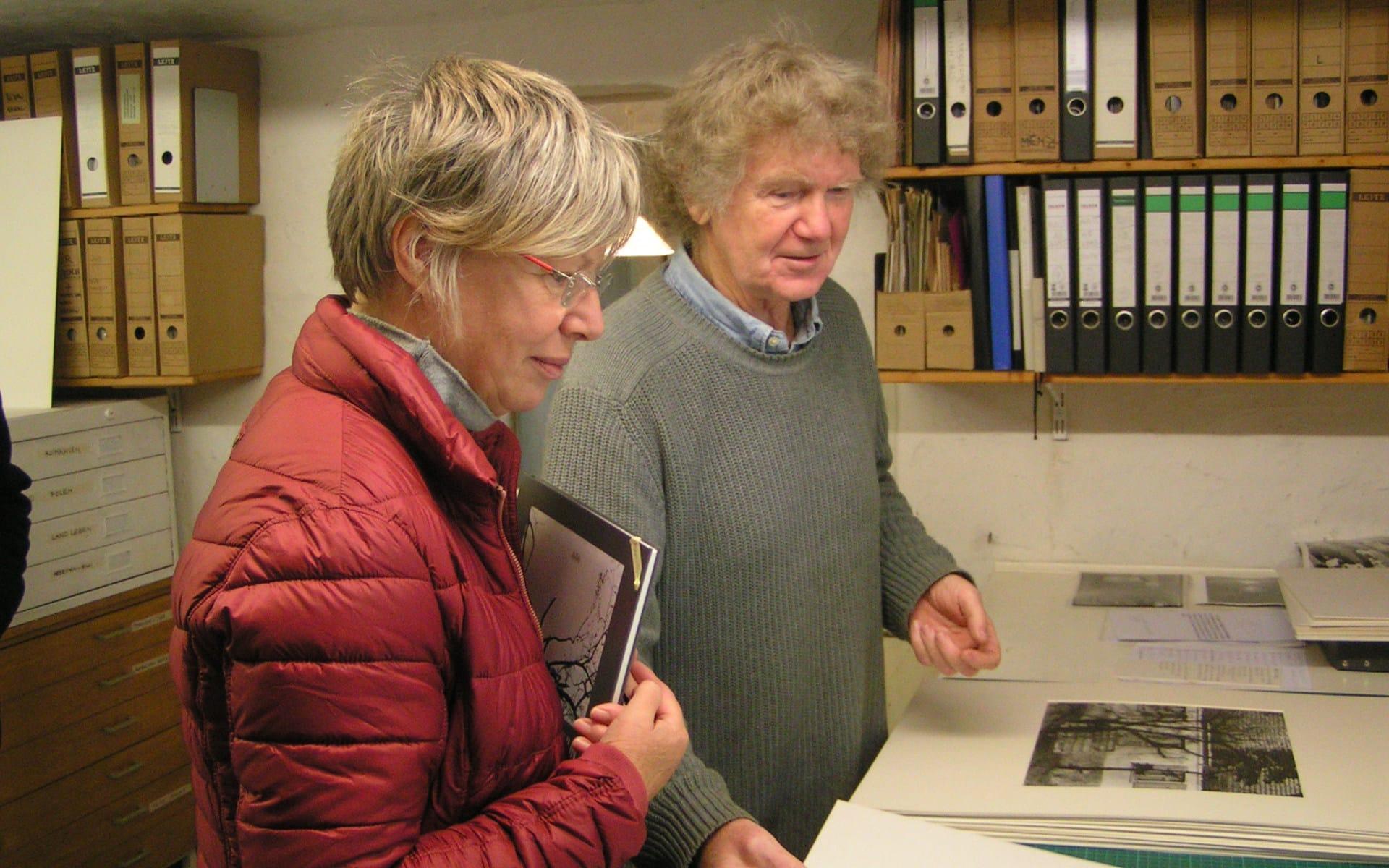 Kunsttour Stechlin - Jürgen Graetz im Atelier zeigt einem Gast seine Bilder