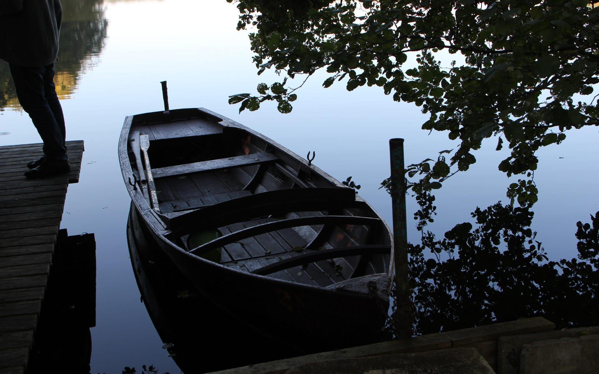 Kunsttour Stechlin - Ein Boot im Dagowsee am Steg