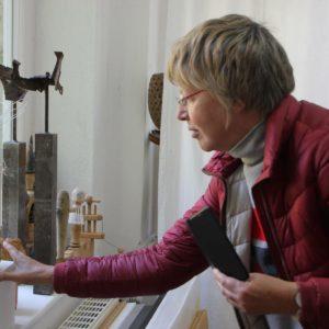 Kunsttour Stechlin - Ein Gast in der Galerie beim bewundern von Kunst