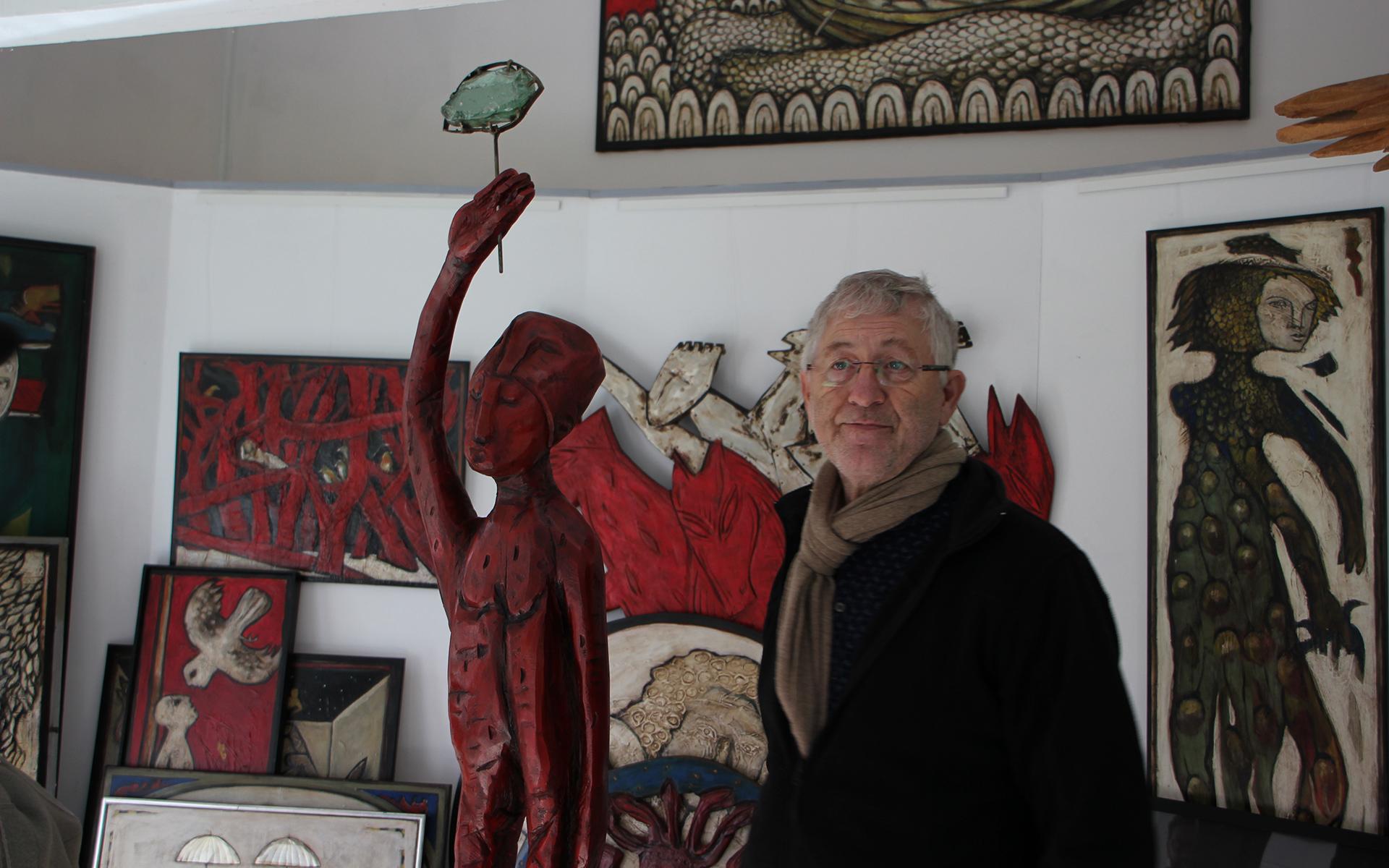 Kunsttour Karwe - Galerie mit roten Gemälden und Skulpturen